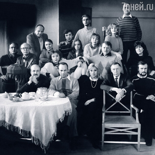 Одна из последних фотографий, где я среди актеров МХАТа (слева от Михаила Рощина). Блистательный период лучшей труппы Москвы подходит к концу, но и Калягин, и Борисов еще играют в театре у Ефремова