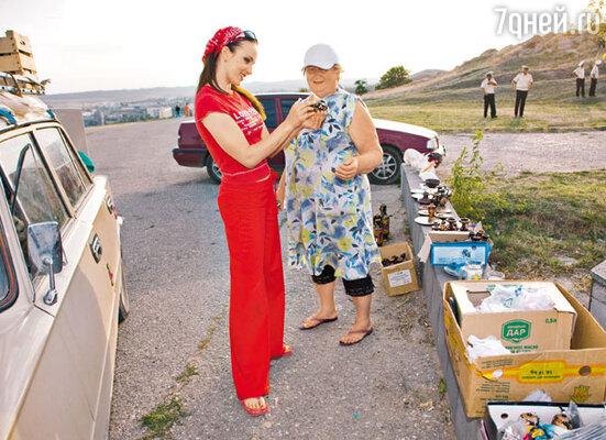 Анна Снаткина во время прогулки по Керчи. Покупка сувениров завершилась автограф-сессией