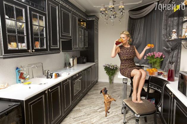 Анна Семенович на кухне