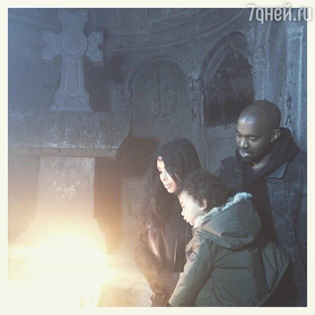 Ким Кардашьян с мужем и дочерью