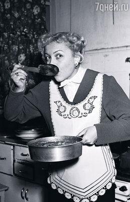 Людмила Васильевна любила принимать гостей, накрывала роскошный стол