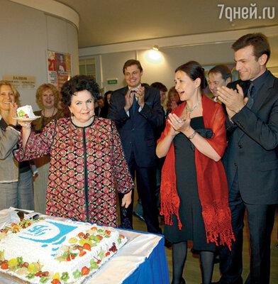 Галина Вишневская угощает гостей праздничным тортом (справа ее дочь Елена и зять Стефано)