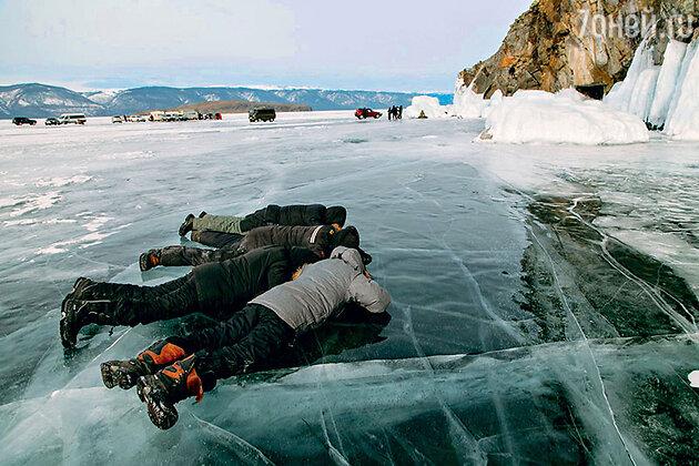 Киногруппа разглядывает рыб сквозь толщу льда Байкала