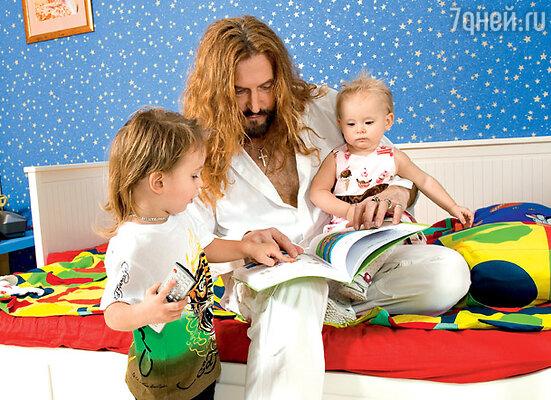 С дочкой Эвой-Владой и сыном Мик-Анжелем. На Мик-Анжеле футболка ED HARDY, брюки ARMANI JUNIOR