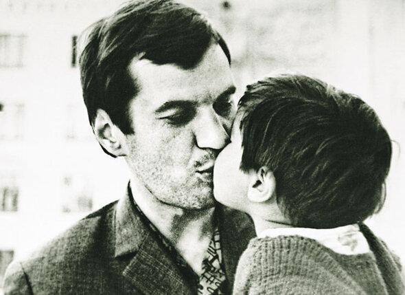 Когда я была маленькой, мы однажды возвращались с отцом домой, и я в лифте сказала ему, что хочу на нем жениться