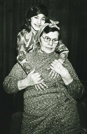 Бабушка следила за своим здоровьем, за внешним видом: любила приодеться, губки красила, щечки — я ей покупала или отдавала свои помады и румяна
