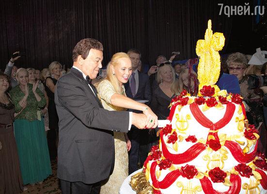 Иосиф иНелли Кобзон упраздничного торта