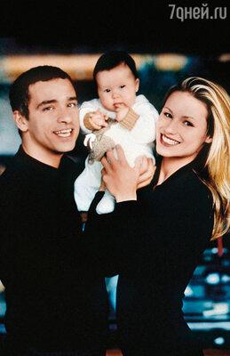 Аврора появилась на свет 5 декабря 1996 года, и Эрос без преувеличения чувствовал себя самым счастливым человеком на свете. С дочерью и женой