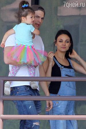 Мила Кунис и Эштон Катчер с дочкой Уайтт
