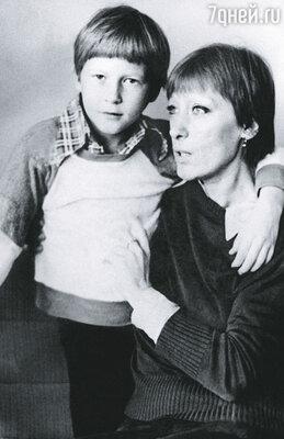 Мне кажется, Соловьев был Катиной детской любовью, а больше всех она любила Рощина. Через год у них с Михаилом родился сын Митя