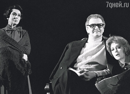 Сцена из спектакля «Неоконченный диалог» Театра имени Вахтангова. А. Гунченко, Ю. Яковлев и Е. Райкина (справа)