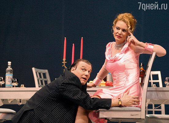 Алена пошла по стопам отца и стала известной актрисой. (Юрий Васильев и Алена Яковлева в спектакле «Хомо эректус»)