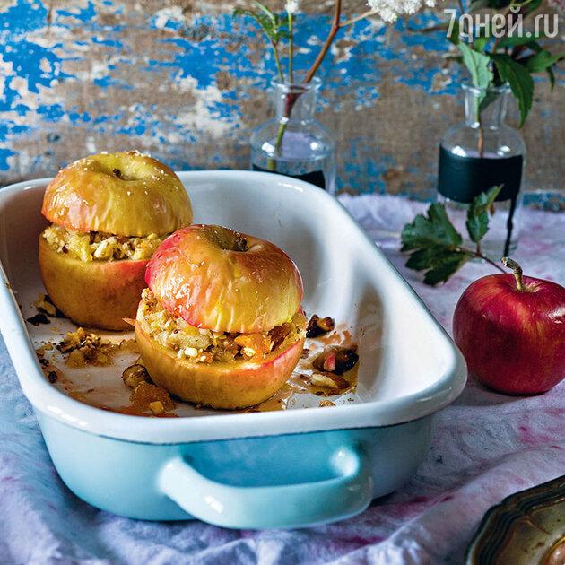 Яблоки, фаршированные курагой и орехами