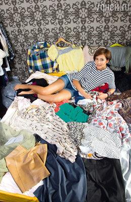В новой квартире телеведущей две гардеробные. В одной —  обувь, сумки и верхняя одежда. Вторая пока не обустроена. Поэтому основные наряды временно «прописались» в спальне, практически сотворив из нее модный шоу-рум