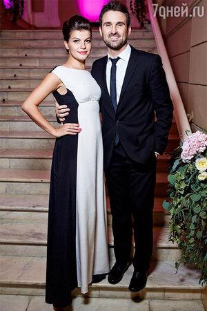 Агния Кузнецова с мужем. Актриса выбрала для выхода в свет платье Светланы Тегин