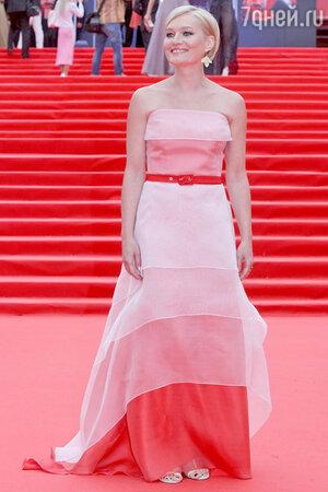 Виктория Толстоганова в платье Светланы Тегин