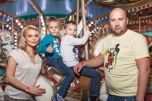 Ксения Новикова с мужем Алексеем и детьми Богданом и Мироном