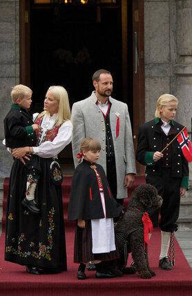 Принц и принцесса Норвегии с детьми Мариусом, Ингрид, Сверре и псом Какао на праздновании Дня Норвегии 17 мая 2011 года