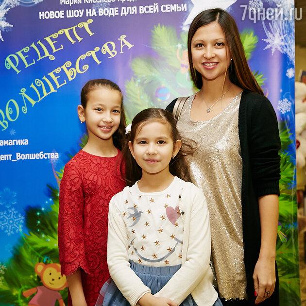 Яна Батыршина с дочками Мариам и Айлу