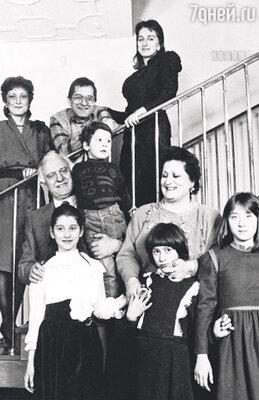 Эдуард и Нанули Шеварднадзе с детьми — дочерью Мананой, сыном Паата, его женой Ниной и внуками — Лоша, Софико, Марикой и Тамрико