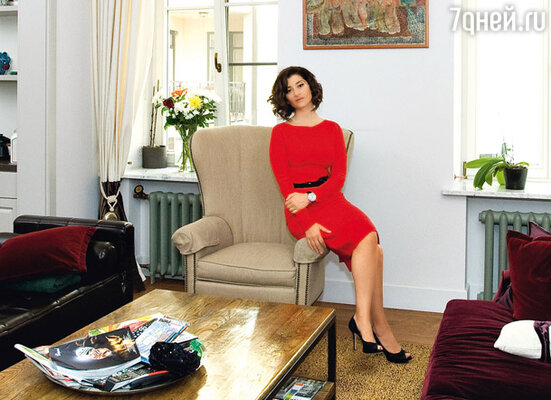 Несколько лет назад, убедившись, что Софико здесь всерьез и надолго, родители помогли ей с покупкой квартиры. Правда, папа с мамой долго уговаривали дочку обзавестись жилплощадью в какой-нибудь элитной новостройке. Она же всегда хотела жить только в старом доме на Патриарших...