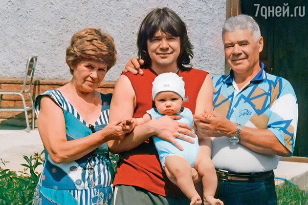 Мне осталось на память фото, где родители вместе, уже седые, держат на руках маленькую Агнию