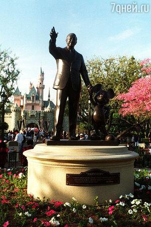 Памятник Уолту Диснею в Диснейленде в Калифорнии