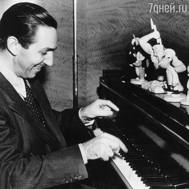 Уолт Дисней за игрой на пианино