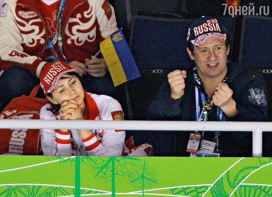 Актер Олег Меньшиков (справа) с супругой Анастасией во время соревнований по фигурному катанию на XXI зимних Олимпийских играх