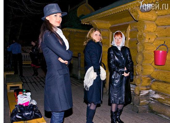 Оксана Федорова вместе с другими паломниками у купели