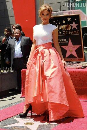 Дженнифер Лопес в юбке от Christian Dior на Аллее Славы