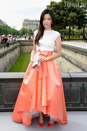 Джун Джи Хьюн в юбке от Christian Dior на Неделе Высокой Моды в Париже