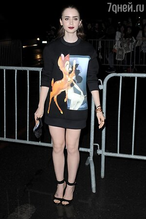 Лили Коллинз в свитшоте Givenchy Bambi