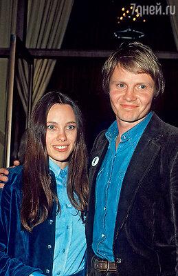 «В отличие от Брэда, я выросла в семье безотца (он ушел, когда мне было двагода). Таким детям нормальные здоровые отношения, счастливый брак представляются чем-тоизобласти фантастики». (Родители Анджелины Джоли –  актеры Маршелин Бертран и Джон Войт. 1977 г.)