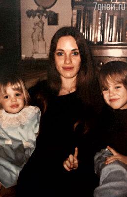 «Мне до мамы ох как далеко. Она всю жизнь посвятила нам с братом и навсегда останется для меня воплощением материнства». (Анджелина (слева) с мамой Маршелин и братом Джеймсом. 1978 г.)