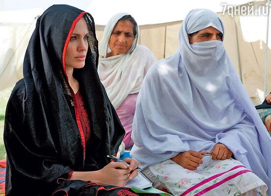 Анджелина Джоли пожертвовала 100тысячдолларов регионам, пострадавшим отнаводнения. ВПакистане