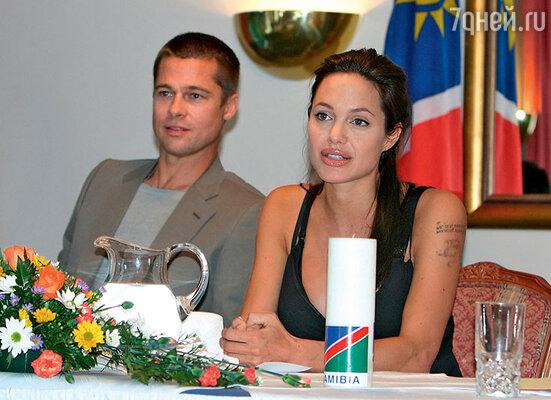 «Мы с Брэдом абсолютно разные, бросаем друг другу вызов, сводим с ума и, бывает, ссоримся. Нобезего поддержки я вряд ли смогла бы столько сделать». (Анджелина Джоли и Брэд Питт в Намибии)