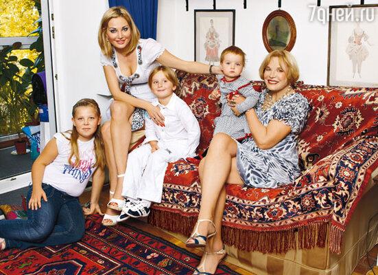 Людмила Максакова с дочерью Марией, ее детьми Ильей и Люсей, а также внучкой Аней