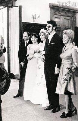 Свадьба Людмилы Максаковой и Петерa Игенбергса в Грибоедовском загсе. Слева свидетели Алик Штейн и Татьяна Егорова, справа мама жениха Зинаида Рудольфовна Игенбергс, урожденная графиня Орлиевская. 1974 г.
