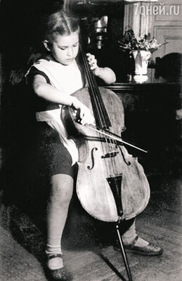 «В детстве я чувствовала себя одиноким пугалом. Иногда, таща на себе огромную виолончель, специально прихрамывала, чтобы вызвать у прохожих жалость»