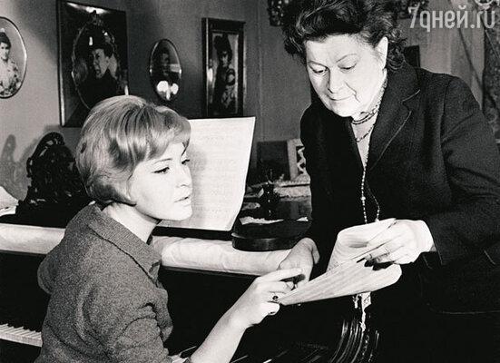С мамой, прославленной певицей Марией Максаковой, в московской квартире, где Людмила Васильевна живет по сей день