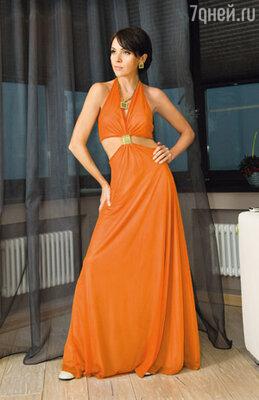 Оранжевое платье в стиле 70-х попало в гардероб телеведущей после съемок программы «Лучшие годы нашей жизни», которую Настя вела с Юрием Стояновым