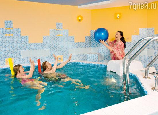 Хорошую физическую форму помогает поддерживать бассейн на первом этаже