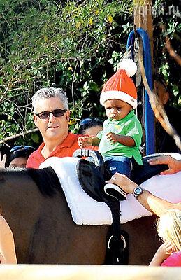 Шапка Санта-Клауса очень идет темнокожему малышу