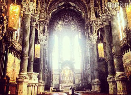Певица прогулялась по улице Сен-Жан и посетила знаменитый собор с одноименным названием