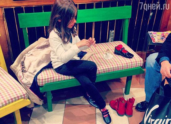 Одну из фотографий Маши, Анастасия подписала следующим образом: «Мы любим и понимаем друг друга как никто другой нас!!) Мы с ней вместе близняшки )) »