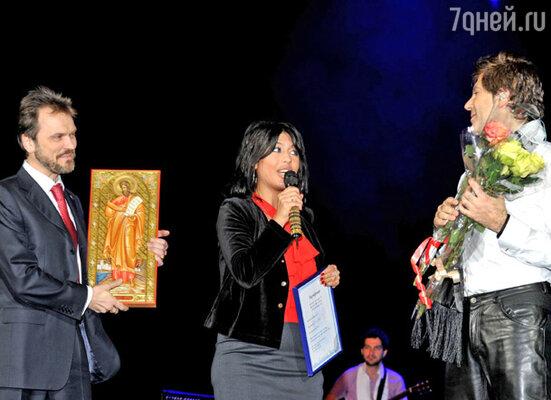 Председатель правления Российского Клуба Православных Меценатов Андрей Поклонский вручил Руссо подарок – мерную икону