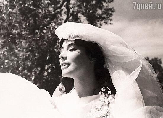 Сцена свадьбы, которую видит перед смерью герой Баталова одна из самых пронзительных в картине...