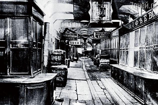 Верхние торговые ряды, построенные в 1815-м, к концу своей жизни походили скорее на слегка облагороженные сараи. Городская дума решила ряды перестраивать, но купцы артачились