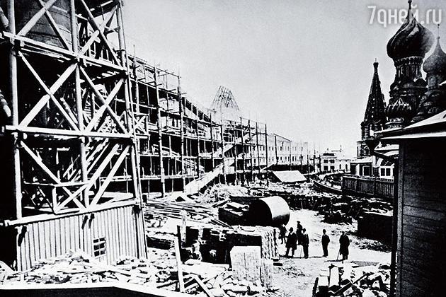 Строительство Верхних торговых рядов продолжалось пять лет. Они были открыты в 1893-м и проработали вплоть до революции, когда торговлю свернули
